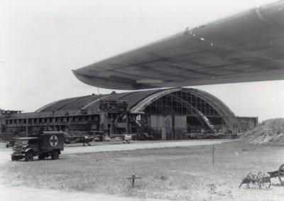 Vliegbasis Maospati (KNIL), NI. Rechts det. Firefly's van Sqnb.860. Links voor de nagar Auster verkenningsvltgn.