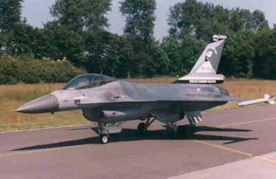 Jubileumbeschildering van een 322 Sqn  F-16A MLU t.g.v. 60 jaar 322 Sqn. Deze F-16 schoot in 1999 boven het voormalig Joego-Slavië een Mig-29 neer getuige het Mig-symbool onder de cockpitrand.