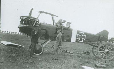 Demontage van Duitse D.F.W. C.V 4982/16 te Aardenburg, geïnterneerd op 20 juli 1917. Door Nederland geregistreerd als LA46.
