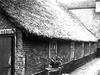foto van Gedeelte van een boerderij woonhuis onder rieten dak