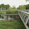 Zicht op de voormalige spoorbrug, vakwerkbrug, met bakstenen pijler