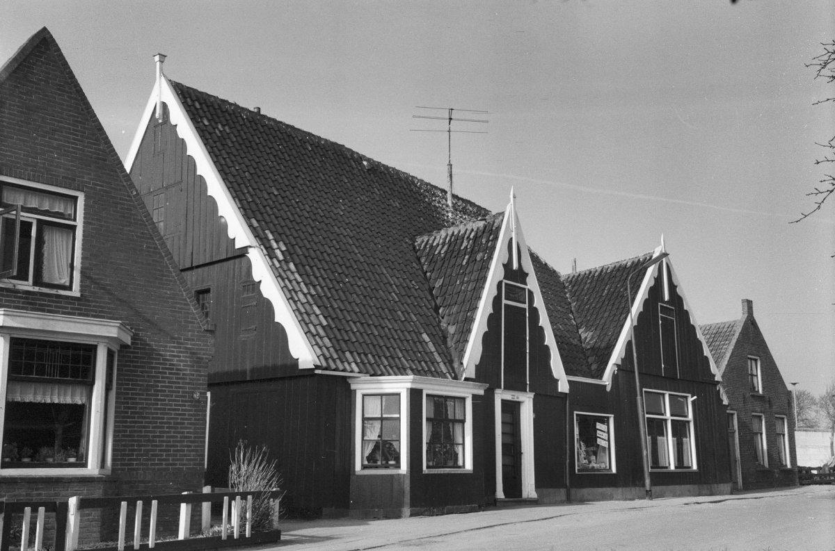 Houten huis op zij voorzien van een tweemaal overgekraagde topgevel met uitgeschulpte windveren - Binnen houten huis ...