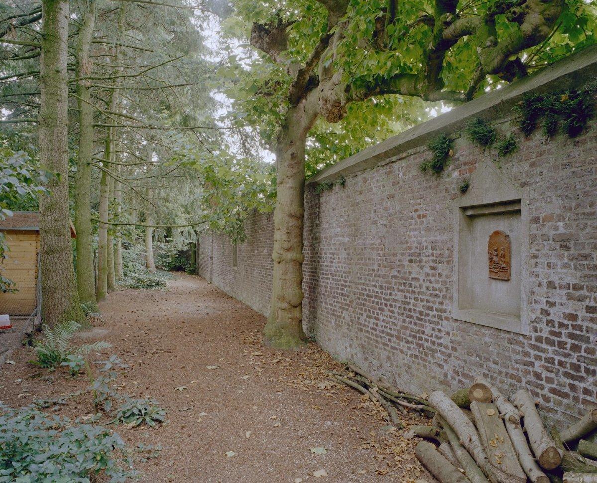 Klooster zusters monialen redemptoristinnen muur tuin heilig hartbeeld lourdesgrot - Muur tuin ...