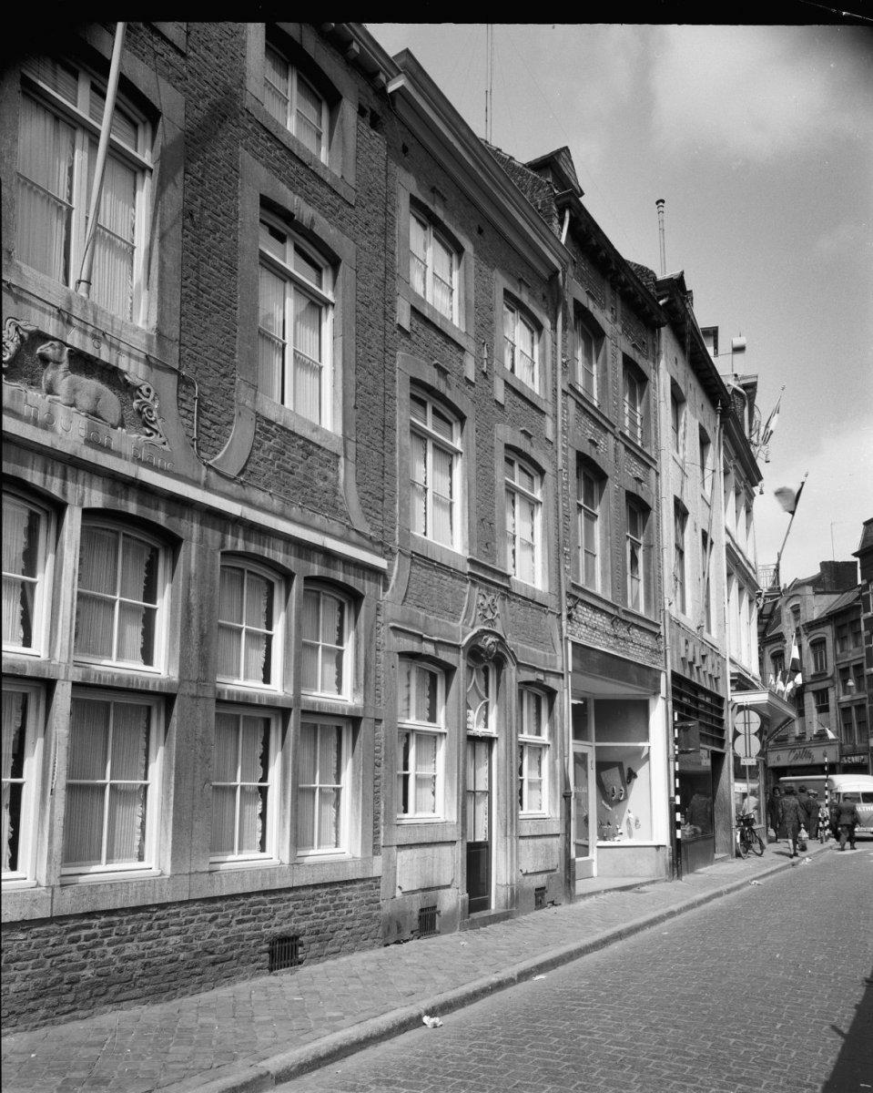 Huis met lijstgevel met vensters in hardstenen segmentboogomlijstingen onderbroken verticale - Garderobe stijl van lodewijk xv ...