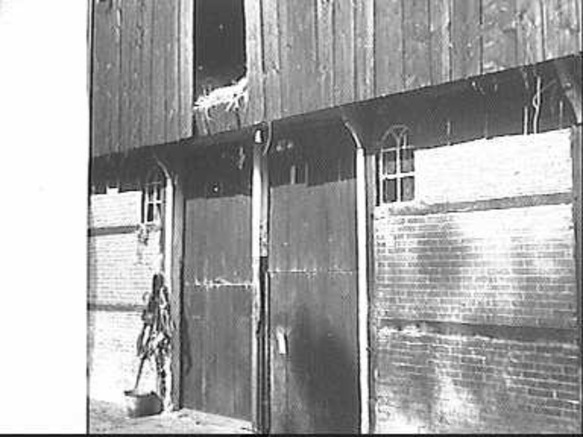 Fraai gesitueerd boerderijtje onder zadeldak met door makelaars bekroonde houten geveltoppen in - Tub onder dak ...