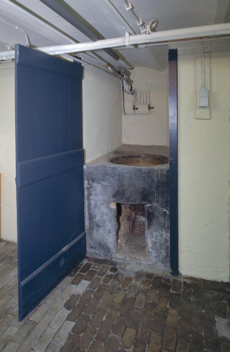 Vrijgelegen voormalig herenhuis met sierhek in oosterhout for Herenhuis interieur