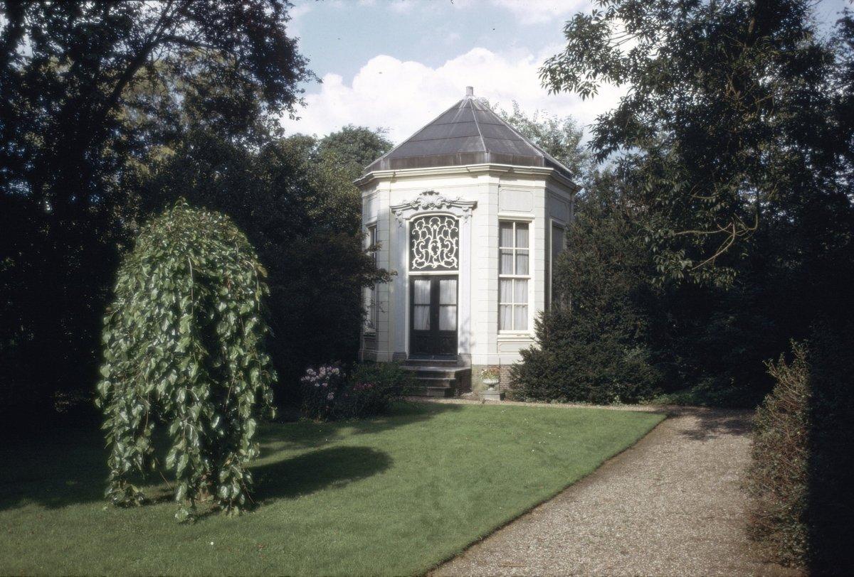 Huis oud over zonnewijzersokkel in loenen aan de vecht monument - Oud en modern huis ...