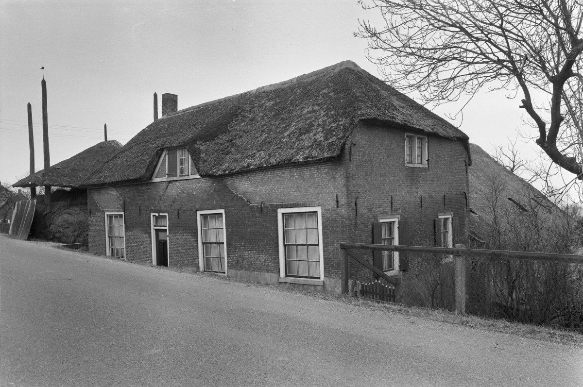 Boerderij met woongedeelte evenwijdig aan de dijk en loodrecht daarop gebouwde stal beide onder - Kantoor onder het dak ...