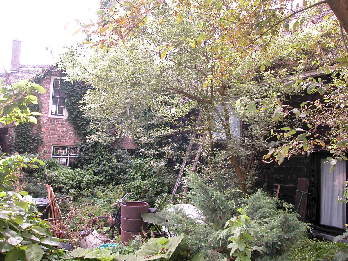 Gedeelte van oorspronkelijke boerderij onder rieten dak met boven het rechter deel van de - Kantoor onder het dak ...