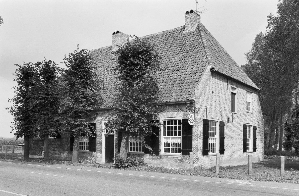 Boerderij herberg waarvan het stalgedeelte gesloopt groot huis met ingang in de kop en een in - Huis ingang ...