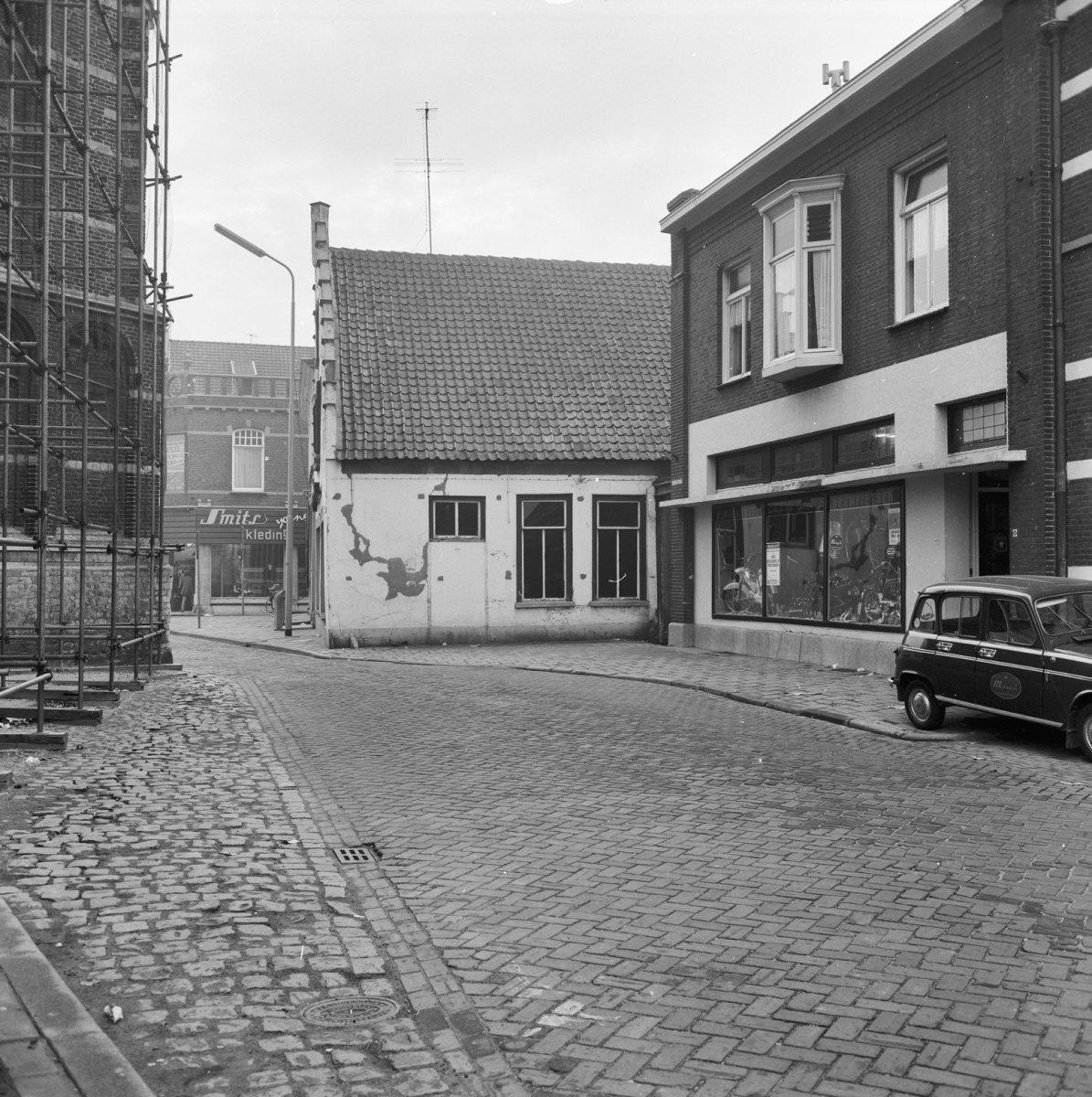 Huis met gepleisterde trapgevel in oosterhout monument - Huis ingang ...