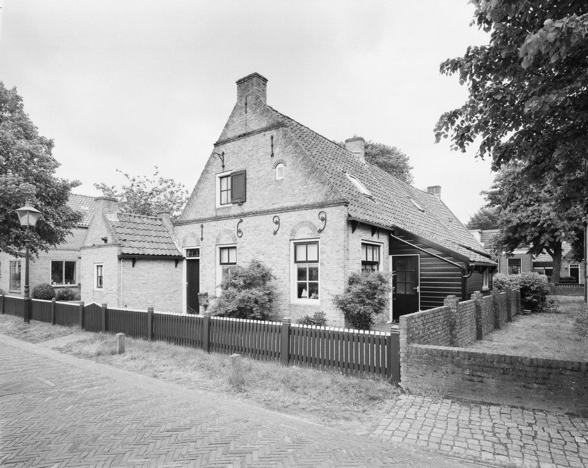 Karakteristiek amelander huis onder zadeldak tussen topgevels in nes monument - Tussen huis ...