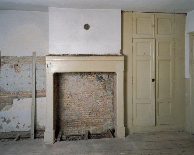 Interieur begane grond, achterkamer, schouw met kast   Vught