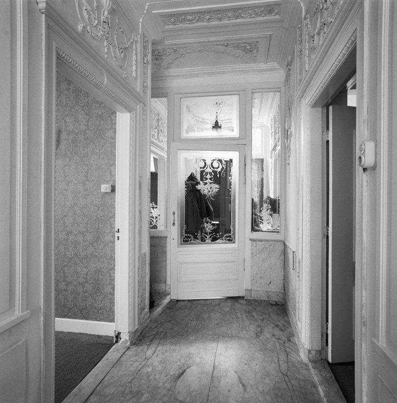 Interieur, begane grond, gang richting tochtportaal / voordeur ...