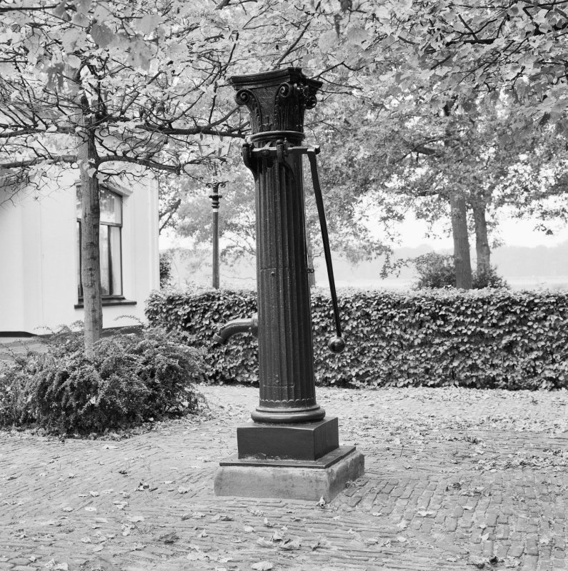 Oude Gietijzeren Waterpomp.Pomp Waterpomp Gietijzer Diepenveen