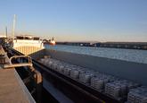 Overslag van aluminium in een binnenvaartschip bij Verbrugge Terminals...