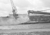 Laden van een binnenvaartschip bij Aug. de Meijer aan de...