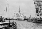 Zeeschepen, binnenvaartschepen en drijvende kraan van Ovet in de...