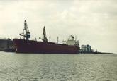 Zeeschip aan de losinstallatie van Hoechst in de Sloehaven.