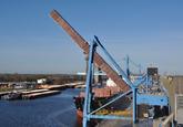 Zeeschip aan de bulkterminal van Verbrugge aan de Zevenaarhaven.
