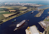 Luchtfoto zeeschip met sleepboten op het kanaal ter hoogte van de...