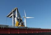 Laden binnenvaartschip met drijvende kraan bij Ovet in de Kaloothaven.