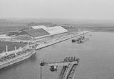 Kade van de Zevenaarhaven met de bulkloods van Aug. de Meyer in...