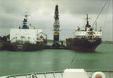 Overslag vanuit een zeeschip met drijvende kranen door Ovet in de...