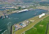 Buitenhaven van Vlissingen met de veersteiger van het fiets- voetveer...