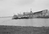 Binnenvaartschepen liggen te wachten om geladen te worden bij de...