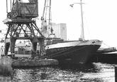 Zeeschip John Wulf bij een loskade in de Zevenaarhaven.