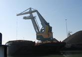 Laden duwbak met drijvende kraan bij Ovet in de Kaloothaven.