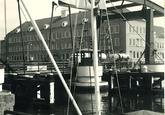 Axelse brug met op de achtergrond het belastingkantoor aan de...