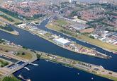 Sluizencomplex Terneuzen, zicht op bedrijventerrein Schependijk, met...