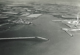 """Overzicht Sloehaven met links de dokken van de N.V. Kon. Mij """"de..."""
