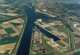 Kanaalhavens Terneuzen vanaf brug Sluiskil richting sluizen.
