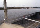Laden binnenvaartschip met kunstmest bij Hydro Agri Sluiskil. Op de...