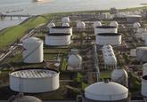 Deel van DOW chemical plant gefotografeerd vanaf de Braakmanhaven...
