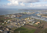 Overzichtsopnamen van olieraffinaderij van Zeeland Refinery, een...
