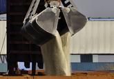 Laden van een schip met grijper aan de bulkterminal van Verbrugge...