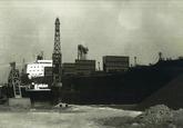 Overslag kolen met drijvende kranen uit een zeeschip aan de terminal...