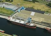 Zeeschip Lady Damla aan de bulkterminal van Verbrugge Terminals in de...