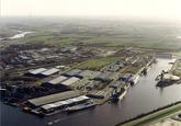 Luchtfoto Zevenaarhaven met de vestiging van Verbrugge Terminals.