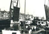 Axelse brug met op de achtergrond de Herengracht aan de Oostelijke...