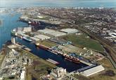 Luchtfoto Zevenaarhaven met de vestiging van Verbrugge Terminals. Op...