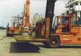 Het lossen van staal aan de Sloekade bij de N.V. Haven van Vlissingen.
