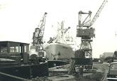 Zeeschip met havenkraan. Waarschijnlijk in de Noorderkanaalhaven.