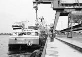 Binnenvaartschip Stoupan aan de kade bij de Nederlandse Stikstof...