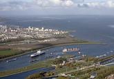 Ro-Ro schip van DFDS in de West Buitenhaven is klaar om de Westsluis...