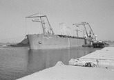 Het lossen van zeeschip North Point met drijvende kranen van Ovet in...